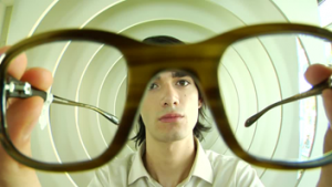 http://footage.framepool.com/ja/shot/920704188-optician-trying-on-circle-posing
