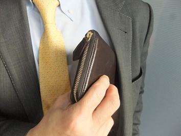 スーツスタイルにこだわる男性必見!薄くて軽い革財布3選