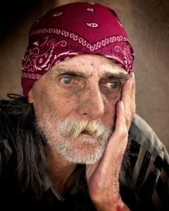 引用:https://pixabay.com/en/homeless-man-color-poverty-male-845711/