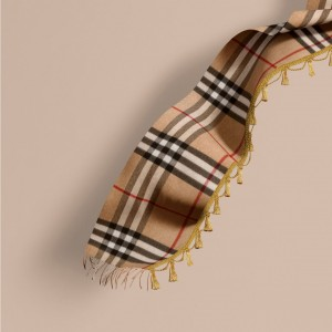 引用:https://jp.burberry.com/the-classic-cashmere-scarf-in-check-with-tassels-p40458681