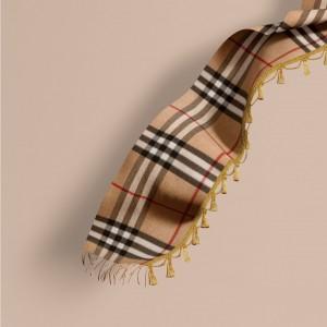 引用:https://jp.burberry.com/the-classic-cashmere-scarf-in-check-with-tassels-p40458681