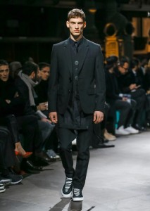 引用:https://www.givenchy.com/sites/default/files/styles/550x773/public/lookbook/RTW_M_FW17_SHOW_48_look.jpg?itok=ikeHoFmP
