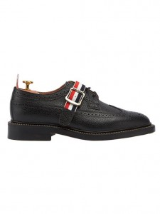 (引用: https://www.thombrowne.com/CLASSIC-WINGTIP-BROGUE-WITH-HALF-GROSGRAIN-STRAP-IN-BLACK-PEBBLE-GRAIN-277.html)