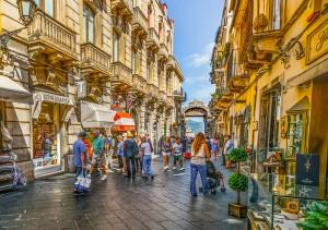 引用:https://pixabay.com/en/sicily-taormina-street-scene-city-2186830/