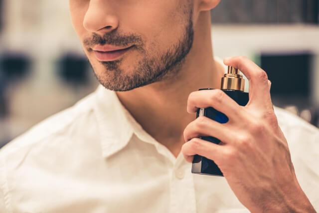 香水をつける男