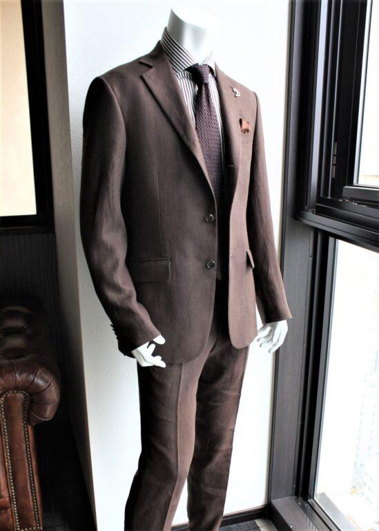 ブラウンスーツ_ストライプシャツ