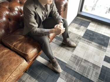 スーツ×スウェード靴の着こなし