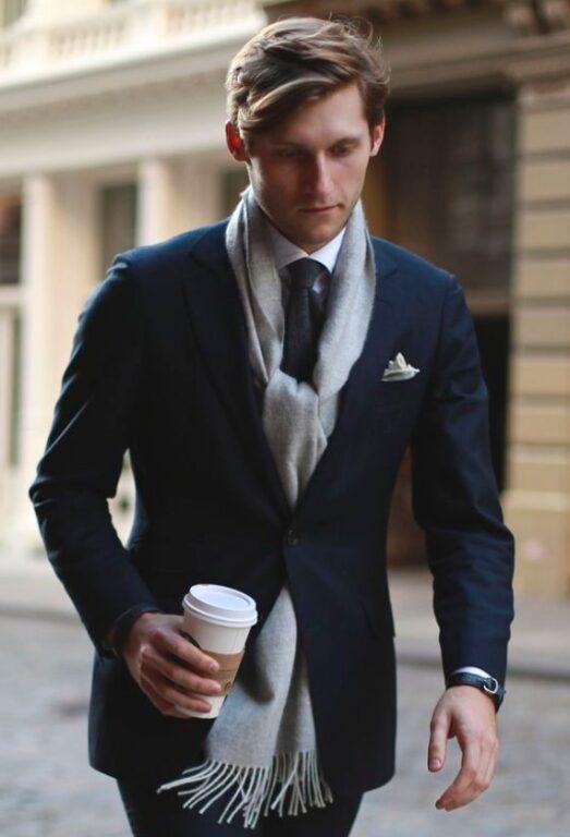 スーツにマフラー